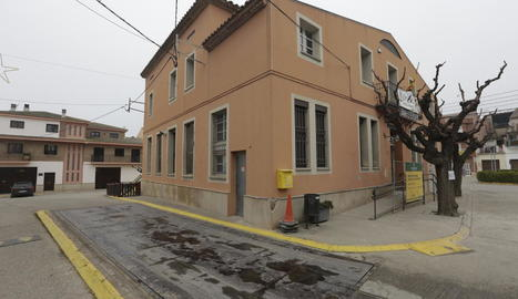 La bàscula municipal al carrer la Bassa, vora l'ajuntament, una part del qual serà de vianants.