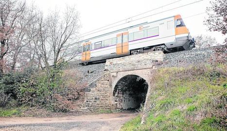El tren de la línia de Manresa que va quedar aturat sobre un pont a Sant Guim de Freixenet.