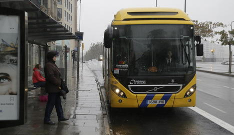 Un autobús urbà arriba a una parada.