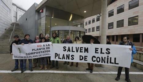 Membres de la plataforma Salvem els Plans de Conill ahir davant dels jutjats de Lleida.