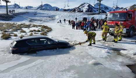 Els Bombers van treure el cotxe de l'interior del gel.