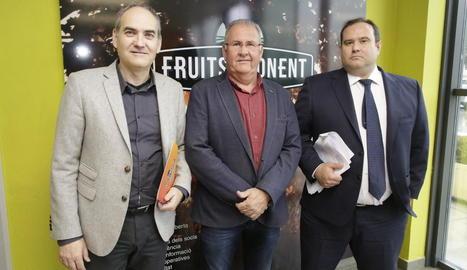 Josep Presseguer, Sebastià Escarp i Roberto Vallina, ahir a la seu de Fruits de Ponent.