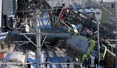 Estat en què van quedar els combois després del xoc, ahir.