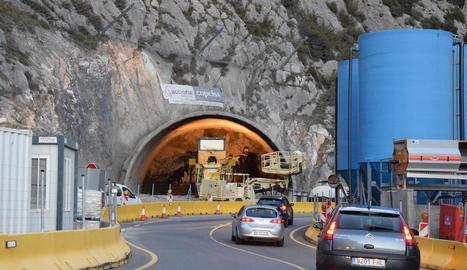 Els operaris treballaven ahir en una de les dos boques del túnel de Tres Ponts.