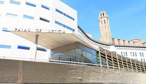 Vista general de l'entrada principal de l'Audiència de Lleida, al Canyeret.