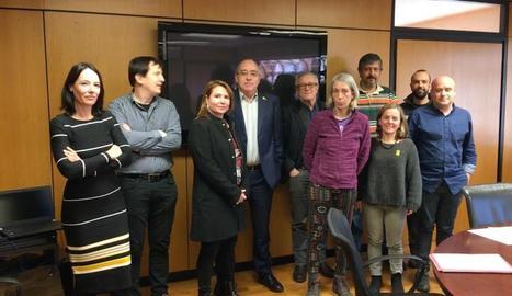 Representants de SOS Menjador Públics i de les Ampes, amb el conseller Bargalló.