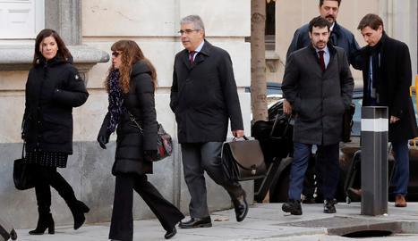 L'exconseller Francesc Homs, (tercer per l'esquerra), a la seva arribada al Tribunal Suprem on se celebra avui la vista de l'article de previ pronunciament (equivalent a les qüestions prèvies) del cas del