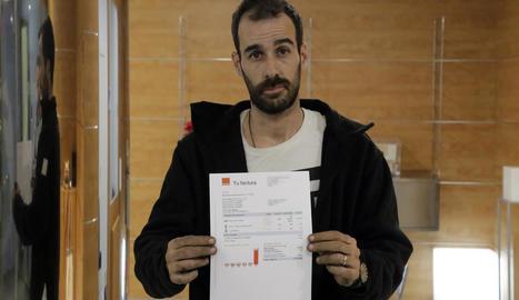 Josep Barbero amb la factura que li va arribar pel 'roaming'.