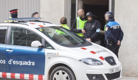Moment del trasllat del detingut ahir en l'operació policial a Tàrrega.
