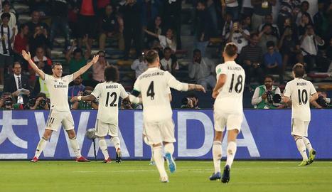 Bale celebra amb els companys un dels tres gols que va marcar ahir.