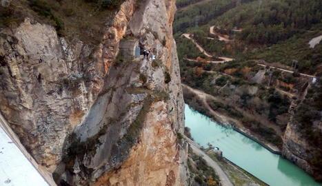Operaris inspeccionen el pendent pròxim a la presa de Canelles.