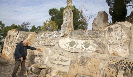 Amenós ha dibuixat centenars de figures i formes a les pedres, com les que mostra a la imatge.