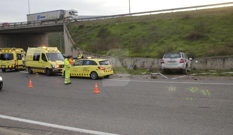 Mor en xocar contra el mur d'una rotonda de l'Ll-11 a Lleida