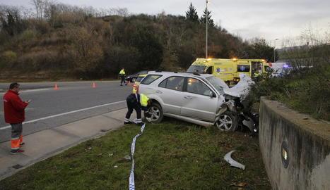 Estat en el qual va quedar el vehicle de la víctima després de xocar contra el mur d'una rotonda a l'Ll-11 en direcció Lleida.