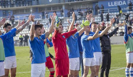 Els jugadors del Lleida van celebrar la victòria amb l'afició al Gol Nord.