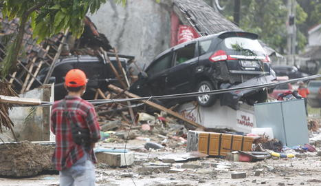 Resultat del pas del tsunami per una zona costanera a l'estret de Sonda, a Indonèsia, ahir.