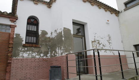 Els veïns de Llívia denuncien el mal estat dels equipaments municipals.