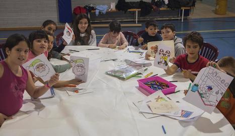 Desenes de nens participaven ahir en els tallers de dibuix de temàtica nadalenca.
