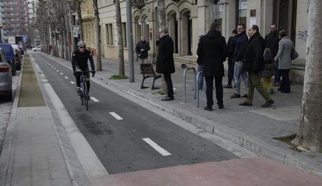 Un ciclista circula pel carril bici de la rambla d'Aragó.
