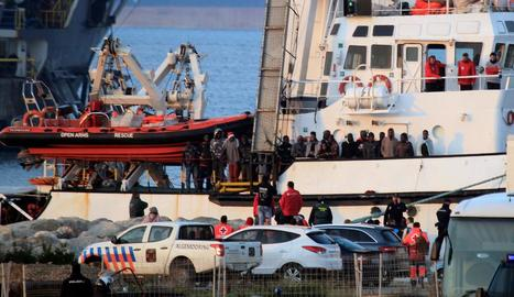 Imatge del desembarcament dels immigrants del vaixell 'Open Arms' al port d'Algesires.