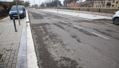 Restes de la senyalització esborrada del carril bici al carrer Joan Tous de Tàrrega.