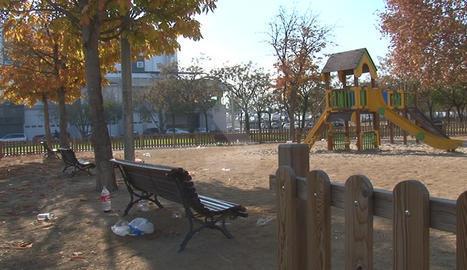 Restes d'un 'botellón' en un parc infantil de Lleida.
