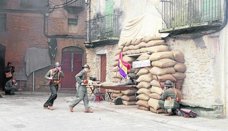Soldats acompanyen els ferits al 'post de sanitat'.