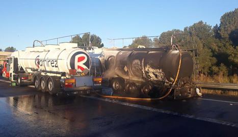 Estat en el qual va quedar el camió sinistrat després de l'incendi a l'autopista AP-7.