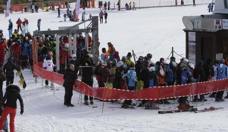Esquiadors ahir al migdia a l'espera de pujar a un remuntador obert a l'estació de Boí Taüll.