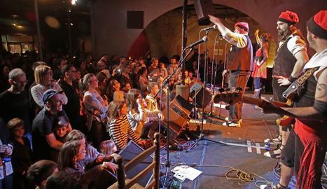 Petits i grans van disfrutar d'allò més ahir al Cafè del Teatre amb les versions del cançoner popular català.