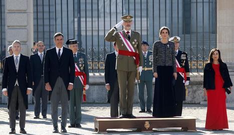 Felip VI i la reina Letícia, ahir a la Pasqua Militar acompanyats del president, Pedro Sánchez.