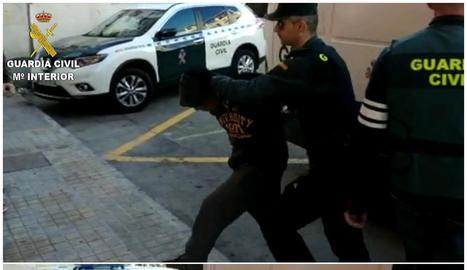 Un dels quatre detinguts per violació entra als jutjats d'Alacant.