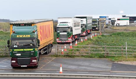 Més de cent camions participaven ahir en un assaig d'eventuals embussos a Dover pel Brexit.