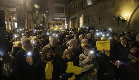 En suport als encausats pel referèndum - Com cada dilluns des de fa més d'un any, els Cantaires de Ponent es van congregar ahir a la plaça de la Paeria de Lleida per exigir la llibertat dels líders independentistes empresonats i el retorn del ...