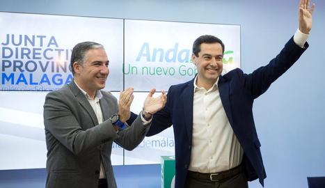 Imatge del líder del PP andalús, Juanma Moreno, aplaudit pel portaveu, Elías Bendodo.