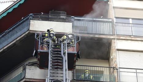 El foc ha calcinat el rebedor d'un pis de la sisena planta de l'edifici.