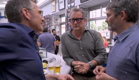 Novell (esq.) conversa amb Carles Torra en un bar de Madrid.