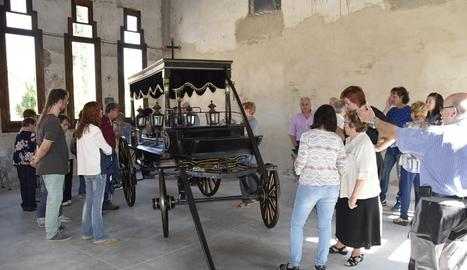 L'antic carro funerari ha estat restaurat.