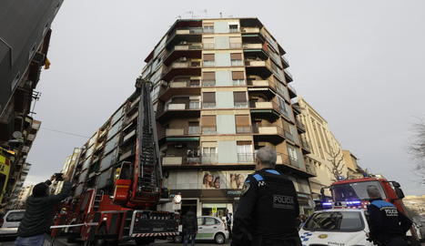 Bombers al carrer Galera després de l'explosió d'un quadre elèctric.
