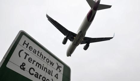 Imatge d'un avió al recinte aeroportuari de Heathrow.