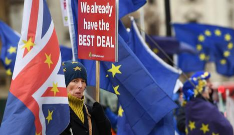 Activistes contraris al Brexit, davant del Parlament britànic.