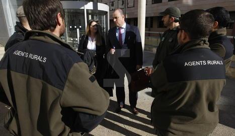 L'advocat de l'acusació popular, Albert Requena, conversa amb agents rurals a les portes del palau de justícia de Lleida.
