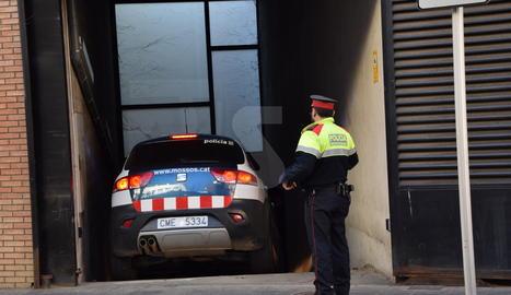 Un vehicle dels Mossos porta el detingut a les dependències dels jutjats de la Seu d'Urgell.