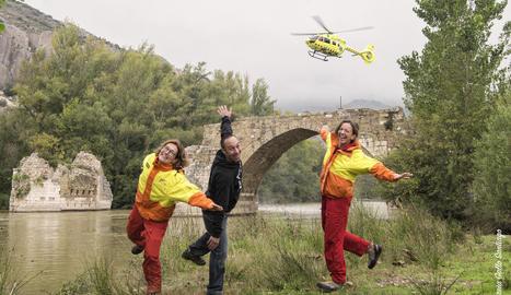 L'equip del SEM de Tremp i l'alpinista rescatat protagonitzen el mes de desembre del calendari.