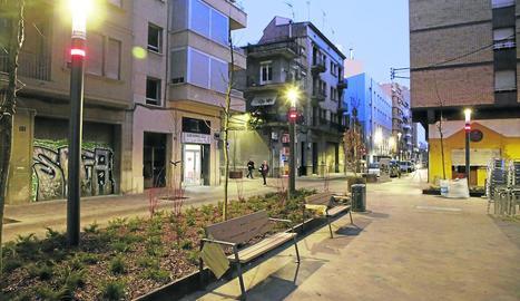 La Paeria va instal·lar ahir els bancs al carrer del Riu, on a més hi ha un receptor wifi i un carregador de bicis i patinets elèctrics.