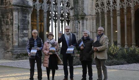Joan Reguant, Montse Parra, Fèlix Larrosa, Josep Borrell i Joan Baigol, amb el dossier de la candidatura.