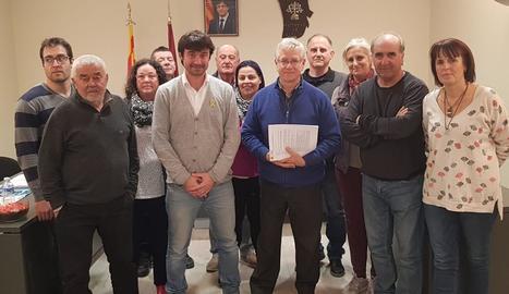 L'alcalde, Josep Solsona, cinquè per l'esquerra, amb els veïns que han fet aquestes aportacions.