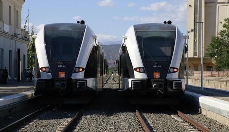 Imatge d'arxiu dels dos trens de la línia de la Pobla a l'estació de Balaguer.