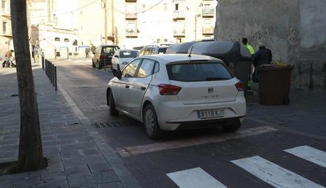 Un cotxe per la plaça del Dipòsit després del canvi de sentit.