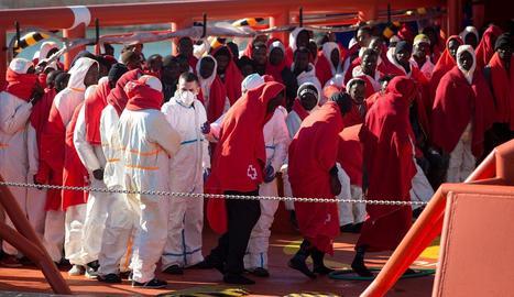 Immigrants en el moment d'arribar ahir al port de Màlaga.